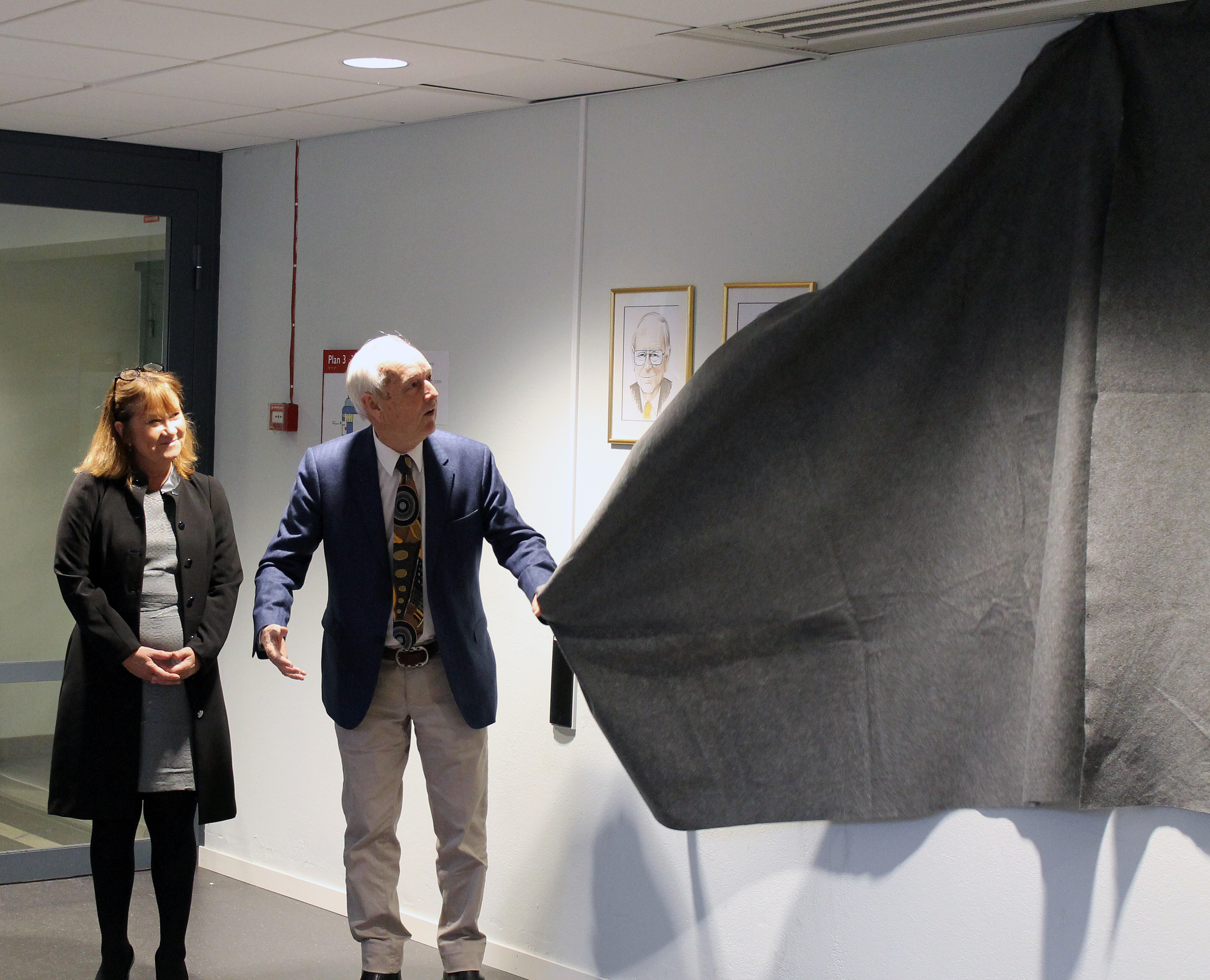 The ceremonial unveiling of the portraits by Nils-Axel Mörner, patron of the Skytte Foundation.